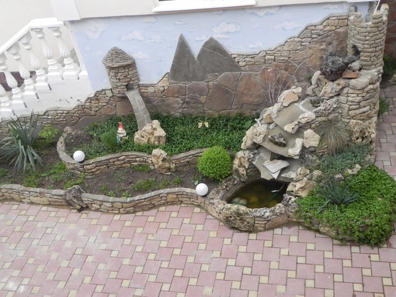 Картинки оформление во дворе речка из бутылок с платиной